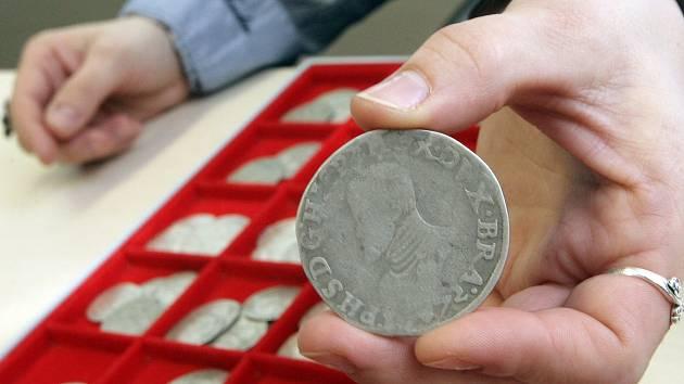 Sběratelská cena nalezených mincí z 15. až 17. století se odhaduje na asi 1,1 milionu korun, historická hodnota je mnohem vyšší.