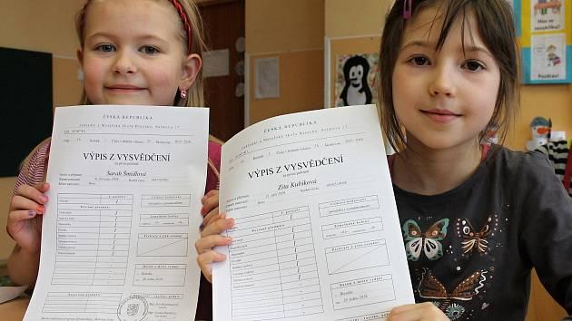 Ze svého prvního vysvědčení se ve čtvrtek radovali žáci třídy 1. A ZŠ Salmova v Blansku.