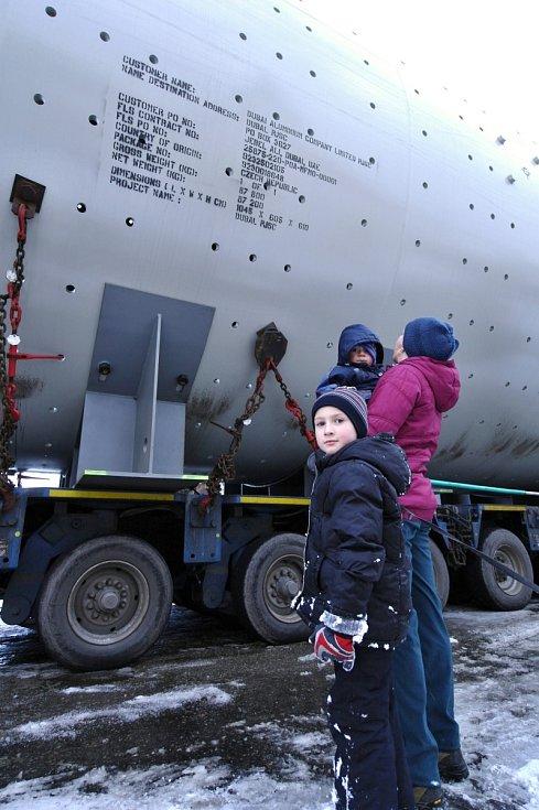 Nadměrný náklad veze komponenty pro cementárnu do Spojených arabských emirátů. Na Blanensku se před měsícem zasekl ve Sloupu. Ve středu skončila jeho pouť kvůli nesjízdné silnici v Kunštátu. Tam bude stát další měsíc.