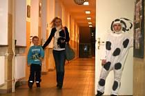 Po chodbách adamovské školy v ulici Komenského se procházeli ve čtvrtek odpoledne v doprovodu rodičů a starších sourozenců budoucí prvňáčci. Vedení školy pro ně připravilo netradiční zápis. Pohádkový.