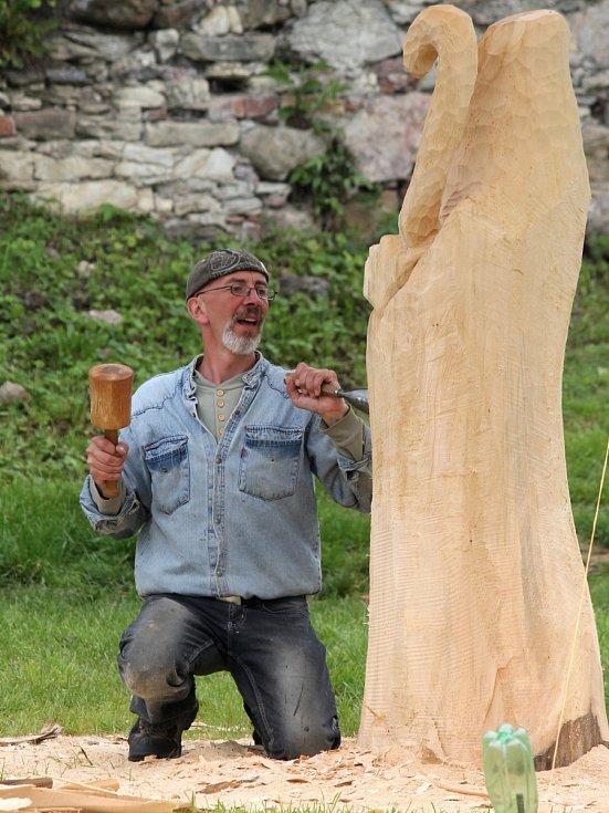 Řezbáři vyrábí sochy na kunštátském Dřevosochání před začátkem Svátků řemesel.
