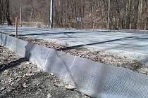 U silnice v Josefovském údolí stojí zábrany. Usměrňují přesun žab, které míří za rozmnožováním do rybníka.