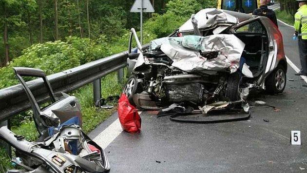 SILNICE SMRTI. Kdy vznikne dálnice D43, která odlehčí silnici I/43 zBrna do Svitav? Otázka zůstává léta bez odpovědi. Optimisté mluví oroce 2035.Na tahu, kterému motoristé říkají Silnice smrti, se loni stalo tři sta nehod. Zemřelo při nich 9lidí.