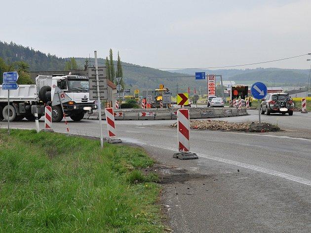 V úterý začala uzavírka silnice mezi Lipůvkou a Blanskem.