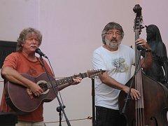 Už dvacet let Blanenští pořádají festival Muzika pro Karolínku. První ze série deseti středečních koncertů odehrála skupina Nezmaři.