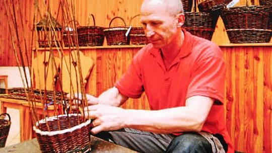 Profesionální hasič Josef Pěnča plete už pětatřicet let košíky a vybrábí dekorativní předměty z proutí.