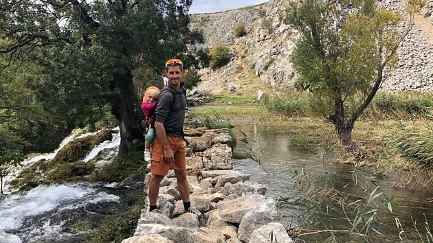 Petr Kolář s dcerkou na výletě u chorvatské řeky Zrmanja.