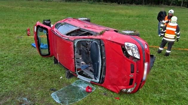 U Ludíkova havarovalo v pátek večer osobní auto. Zranili se tři lidé.