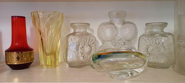 Vázy, skleničky, misky, dekorace. Odkaz sklářských mistrů, který pro řadu lidí nemá cenu a při vyřizování pozůstalostí často končí vpopelnicích. Pro Annu Kaderkovou, která pochází zVelkých Opatovic, naopak poklad do její sbírky skla. FOTO: ARCHIV ANNY K