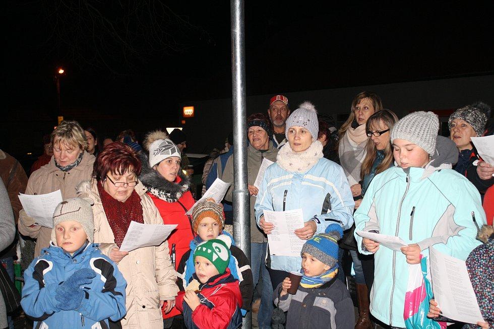 Zhruba sto lidí si přišlo ve středu v podvečer zazpívat koledy k vánočnímu stromu v Doubravici nad Svitavou.