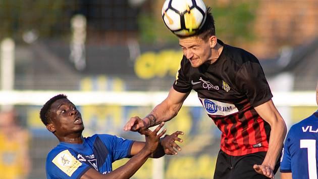 Fotbalový obránce Matěj Helebrand (černo-červený dres) posílil Blansko, kde bude hostovat z prvoligové Opavy.