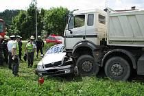 Nehoda osobního auta a náklaďáku. Ilustrační foto
