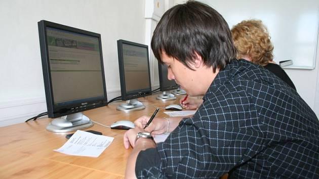 Zájemci o vysokoškolské studim museli co nejlépe napsat test z matematiky a z cizího jazyka.