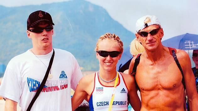 MEZI ELITOU. Miloslav Bayer při olympijských hrách v Pekingu. Zleva: Tomáš Kořínek, Vendula Frintová, Miloš Bayer.
