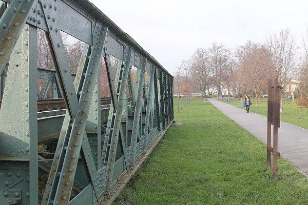 Ježkův most byl pravděpodobně postaven v60. letech 19.století. Kdo ho vyrobil, však není známo. Nýtovaný most je ze svářkové oceli. Přibližně kolem roku 1911ho koupila slévárna a kovárna K. a R. Ježek a převezla do Blanska.