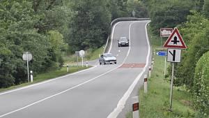 Úzké, plné zatáček a hrbolaté. Takové jsou nezřídka české silnice první třídy. Na snímku velmi frekventovaný a nebezpečný úsek silnice I/43 u Svitávky
