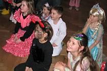 Boskovickou sokolovnu naplnil maškarní rej. Tančily vedle sebe princezny i zvířátka, kovbojové i Červené karkulky.