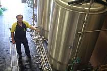 Destilační kolona - tanky na výrobu piva bez alkoholu.