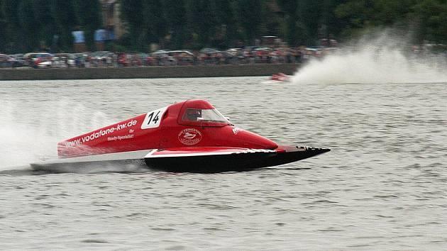 Jedovnický rybník Olšovec rozčeří o víkendu závody motorových člunů.