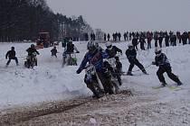 Po napínavém průběhu čtvrtého závodu o Pohár Drahanské vrchoviny v motoskijőringu ve Vískách, se z vítězství radovali domácí borci Petr Přichystal s Radkem Prudilem.