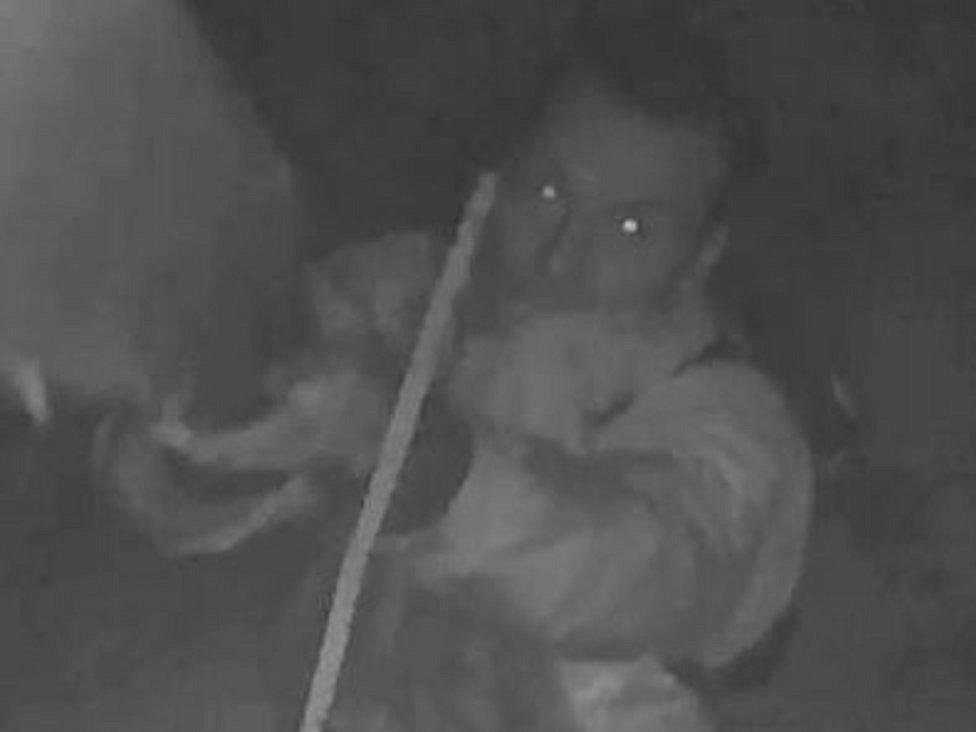 Pachatel opakovaně kradl v areálu firmy ve Velkých Opatovicích. Natočila ho kamera. Policie žádá veřejnost o pomoc.