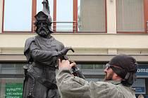 Poškozenou sochu litinového válečníka na Wankelově náměstí v Blansku opraví restaurátor.