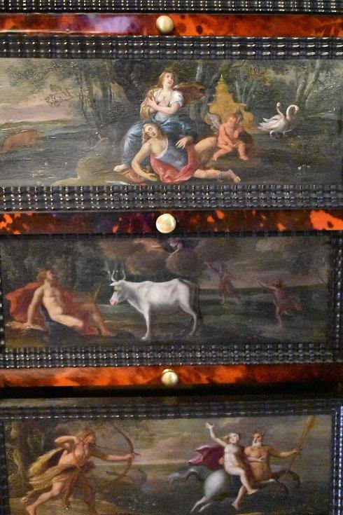 Unikátní vlámskou šperkovnici z poloviny 17. století obloženou přírodní želvovinou, s mosaznými a pozlacenými prvky, nedávno do původního stavu obnovili restaurátoři. Je skvostem sbírek na Státním zámku v Rájci nad Svitavou na Blanensku.