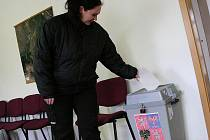Sto osmdesát sedm obyvatel Jabloňan hlasovalo proti stavbě oddělené kanalizace a čistírny odpadních vod. Obec by se totiž na pětadvacet let zadlužila.