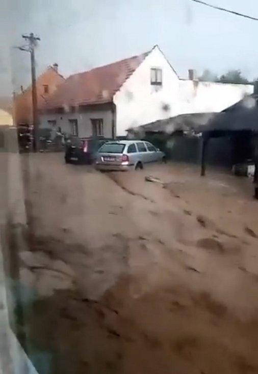 Následky bouřky ve Velké Roudce.