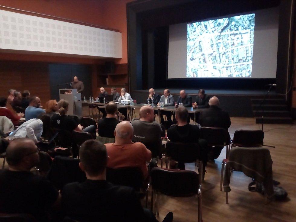 Hlavním tématem v Blansku je nyní otázka středu města na náměstí Republiky. Developeři mají zájem o pozemky v okolí hotelu Dukla. Chtějí tam postavit byty.