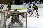 Hokejsté Blanska (v bílém) prohráli doma s Velkou Bíteší 2:4.