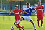 V utkání Moravskoslezské ligy remizovali fotbalisté FC Dolní Benešov (modré dresy) s FK Blansko 1:1.