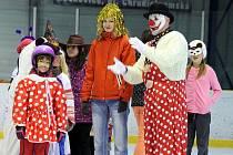 Na ledě zimního stadionu v Boskovicích skotačily děti v převlecích. Konal se tam tradiční karneval..