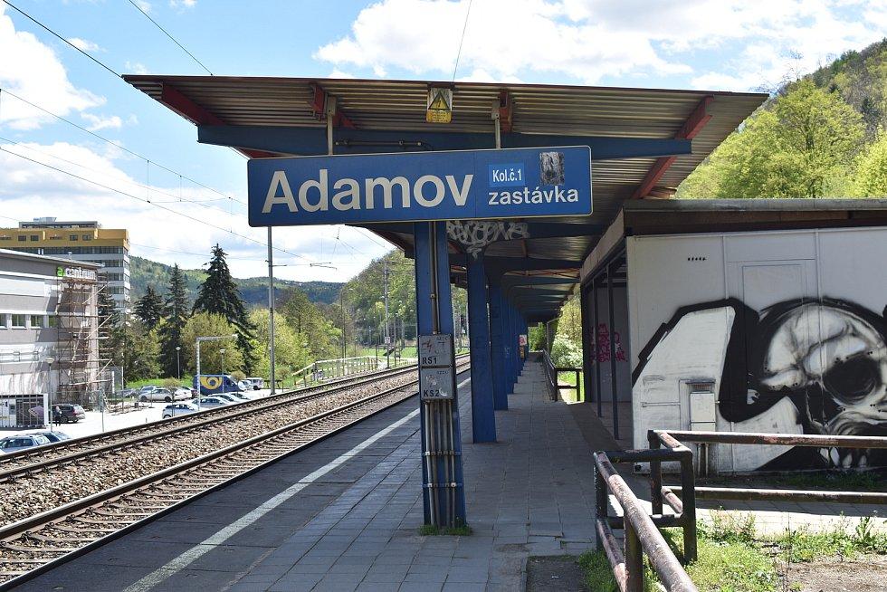 K nepoznání se do roku 2023 změní také železniční stanice Adamov zastávka. Po demolici zmizí bývalá pokladna, schodiště a dlouhé nástupiště ve směru na Blansko. Nahradí ho oboustranné ostrovní nástupiště.