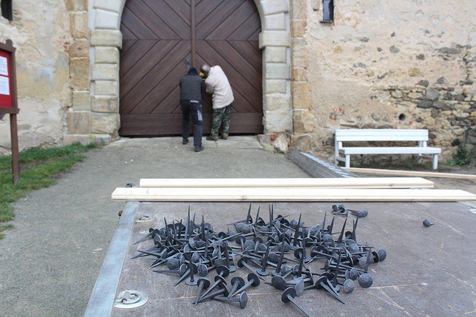 Restaurátoři osadili nová vstupní vrata na hradě v Boskovicích.