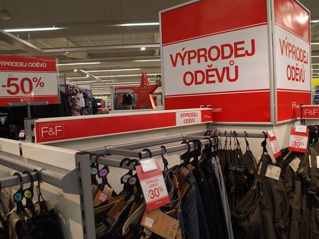 Výrazné slevy nyní nabízí například obchod Tesco v Boskovicích.