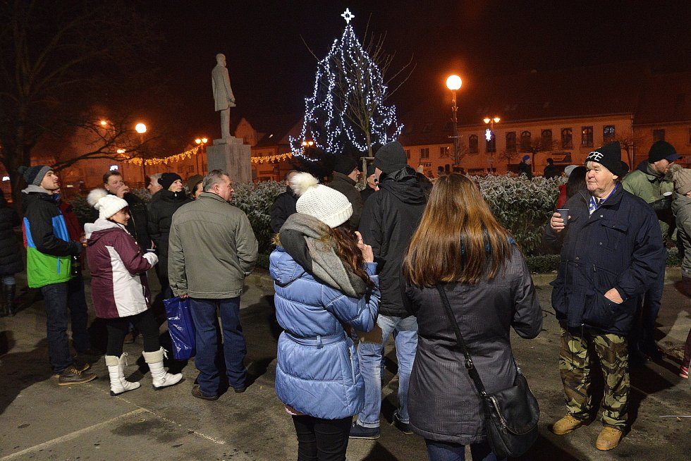 Kdo přišel před silvestrovskou půlnocí na Masarykovo náměstí v Letovicích, dostal od vedení města čaj nebo punč. Lidé viděli také krásný ohňostroj. Jednomu muži zranila petarda ruku.