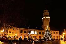 I když letos epidemická omezení nedovolila tradiční setkání, na náměstí v Boskovicích už svítí vánoční strom. Foto: Monika Šindelková