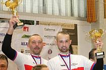 Takto v říjnu mávali svým fanouškům ze stupňů vítězů domácího šampionátu. V březnu možná budou Jiří Hrdlička starší (vlevo) a mladší hrát proti sobě.