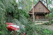 Bouří postižená chatová oblast u rybníka Olšovce.