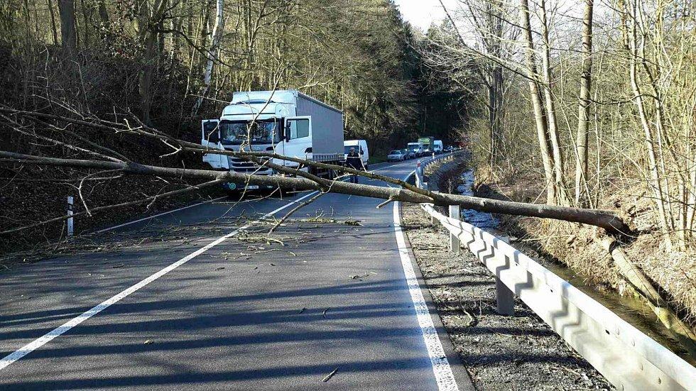 Do pátečního odpoledne vyjížděli jihomoravští hasiči ke třem desítkám nehod, které způsobil silný vítr.