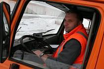Prozkoumat terén vyjíždí na Blanensku silničář Jan Kouřil. Nedělní víkendovou kalamitu si řádně odpracoval.