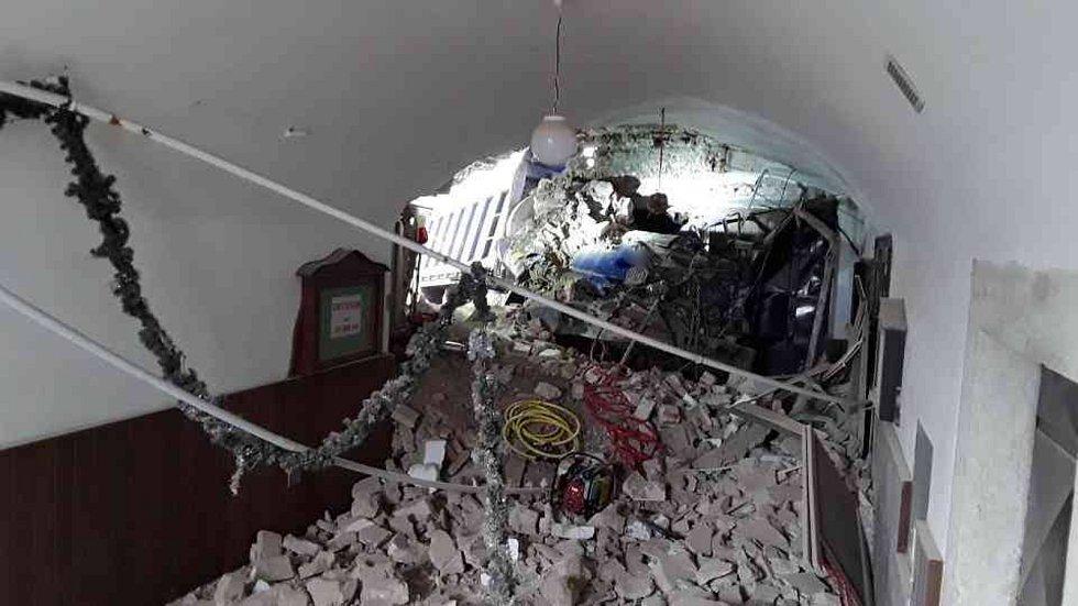 Nákladního auta Tatra v Kunštátu probouralo zeď budovy, kde je hospoda a obchod.