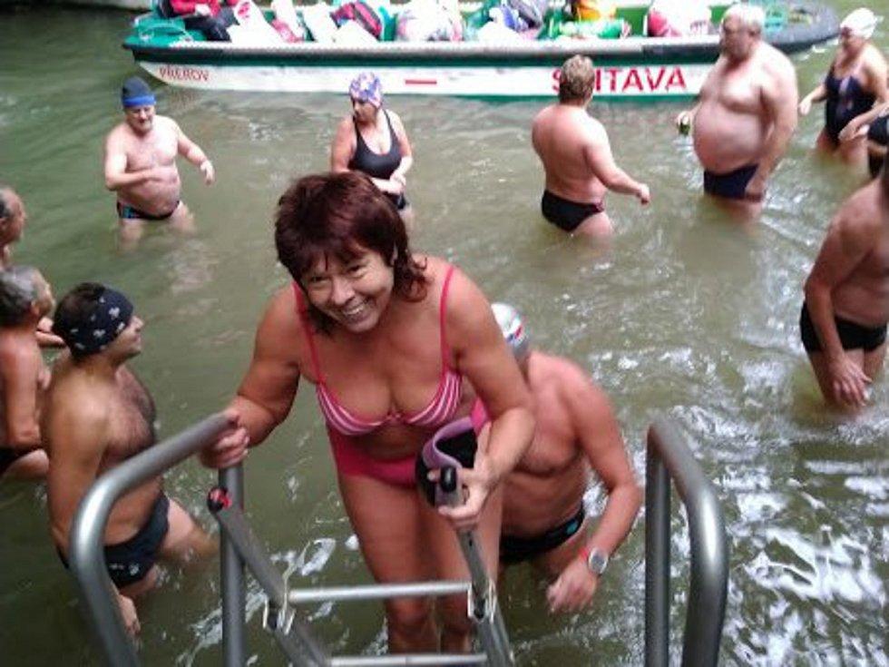 Otužilci si zaplavali v lodové Punkvě.