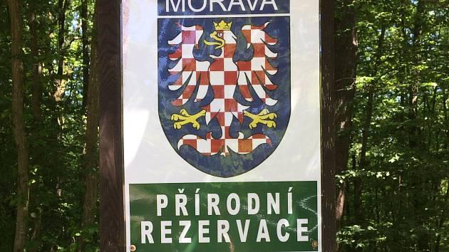 Vandal v Moravském krasu umisťuje znaky s moravskou orlicí.
