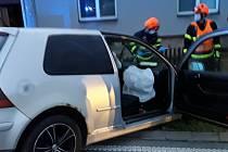 Osobní auto narazilo do plotu o rodinného domu ve Valchově.