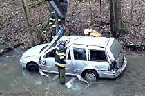 Asi tři kilometry za Adamovem ve směru na Křtiny havarovala v sobotu před šestou hodinou ráno pětatřicetiletá řidička osobního auta. Sjela s ním do potoka. Zraněnou ženu odvezla sanitka do nemocnice.