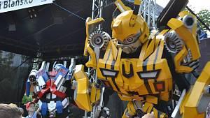 Salta na bungee trampolíně a tančící roboti jako z filmu. Děti slavily svůj den