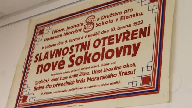 Na místě blanenské sokolovny už dávno stojí supermarket a obchodní centrum. Její odkaz však žije dál. Blanenští si na páteční vernisáži výstavy, která je věnovaná devadesátiletému výročí postavení sokolovny, připomněli její historii.