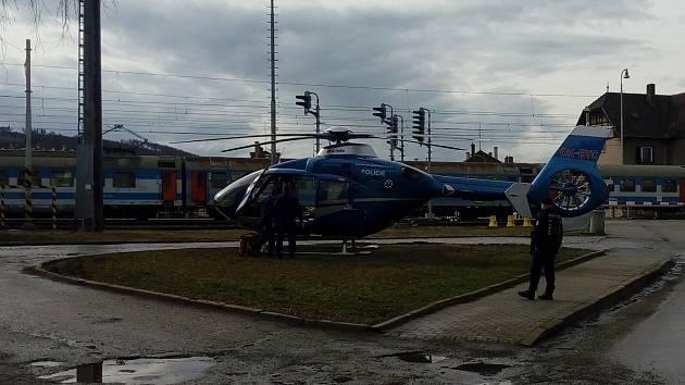 Vrtulník záchranářů letěl ve čtvrtek po druhé odpoledne do Rájce-Jestřebí. Při manipulaci s vagónem se tam vážně zranil muž.